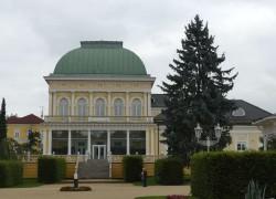 Böhmische Bäderarchitektur in Weiß und Gelb – Das schöne Franzensbad